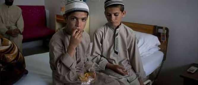 Mistério: Irmãos paquistaneses vivem normalmente durante o dia mas paralisam à noite