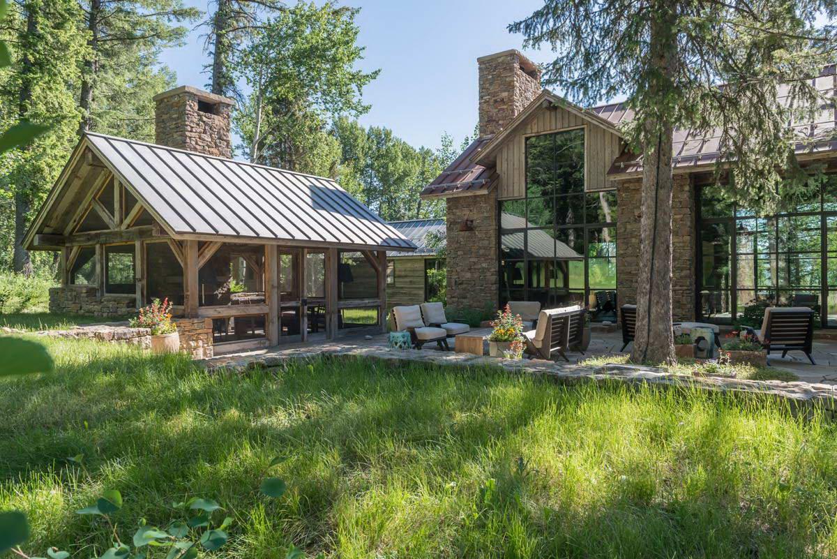 Uma casa rústica na borda da floresta do Wyoming