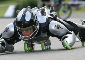 Designer malucão cria roupa com 31 rodas para dar um rolé