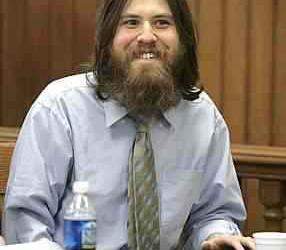 Maluco assassino é condenado a morte e sorri todo feliz