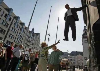 O homem que levita pelas ruas