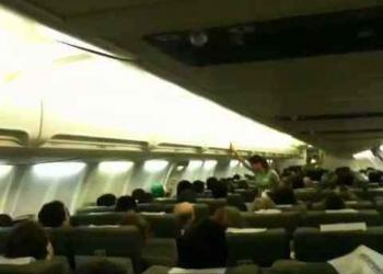 Comissário de vôo da Webjet dá show antes da decolagem