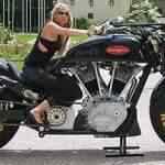 Olha só o tamanho desta moto!