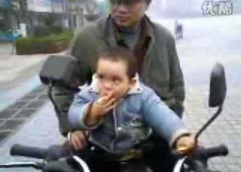Chinês fumando com dois anos de idade