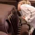 Menina ganha um jipe lambendo-o