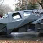 Maluco fanático por Batman constrói Batmóvel na garagem