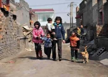Essa gosta de padecer no paraíso: Mulher da china adota 80 crianças!