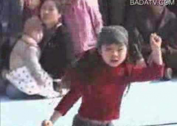 Menininha que dança feito o catiço