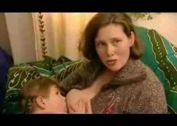 Mulher amamenta filha de 8 anos. Isso está certo?