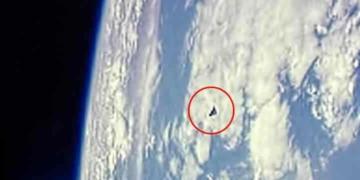 Nave triangular vista e fotografada pela ISS