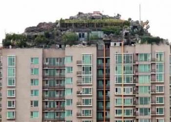 Bizarro: Chinês maluco resolve construir uma montanha em sua cobertura