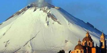 O Ufo gigante volta a entrar no vulcão no México