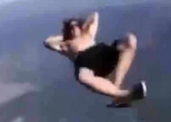 Sujeito pula de um avião sem paraquedas