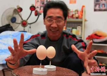 O mestre do equilíbrio coloca ovos na ponta de agulhas