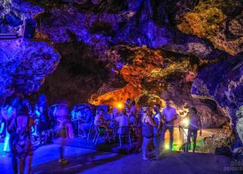 Boate na caverna