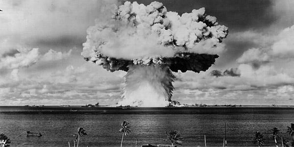 Sobre bikinis, aliens, astronautas, gênios e explosões atômicas