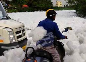 A espuma de poluição da Índia que é tão tóxica que pode até pegar fogo