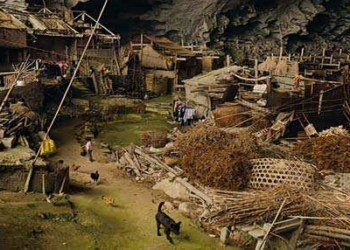 Foto gump do dia: A caverna que abriga mais de cem moradores na China