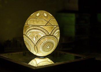 Artista quer entrar no Guiness com a maior quantidade de furos feitas num ovo.
