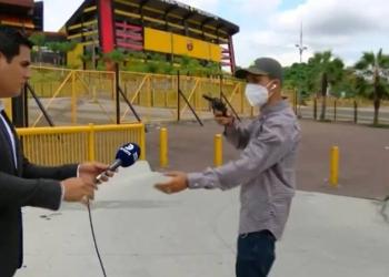 Quem sabe faz ao vivo: Repórter de TV é assaltado quando está no ar