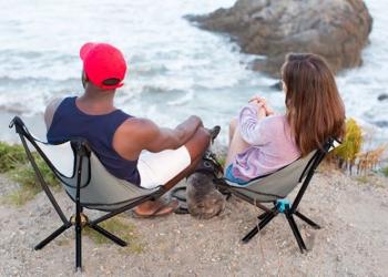 Cadeiras para uso ao ar livre do tamanho de uma garrafinha