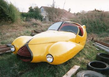 Um curioso carro abandonado
