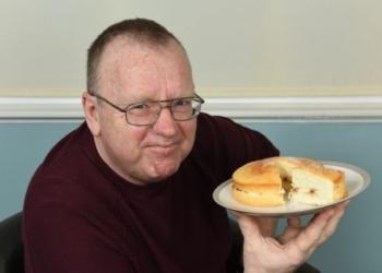 O homem que ficou bêbado após comer um bolo