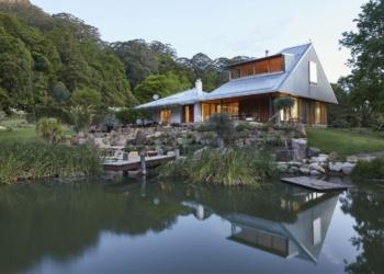 Uma casa na colina rodeada por paisagem idílica